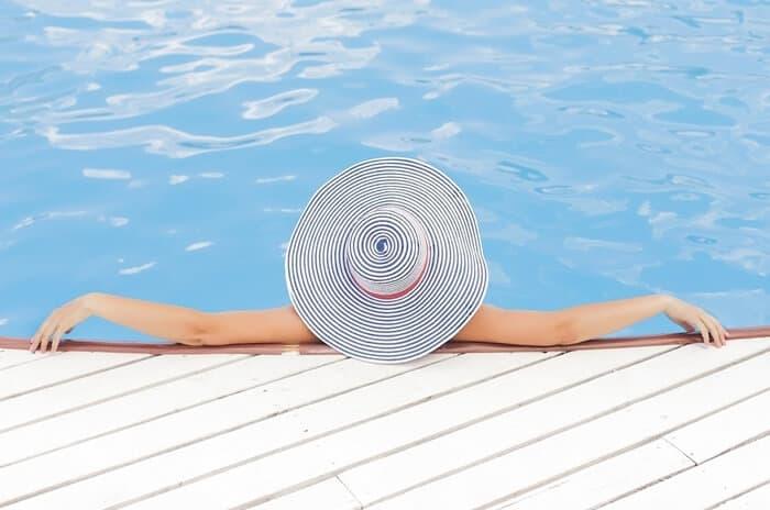 mulher desfrutando na piscina