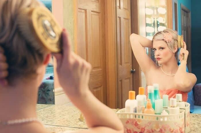 mulher faz cuidados de beleza e cuida de sua aparência