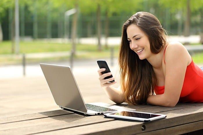 mulher aplicativo conhecer pessoas